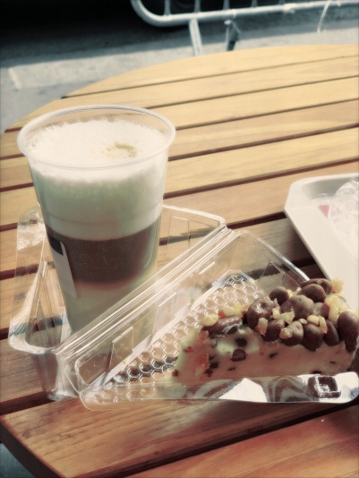 Cafe Brothers - latte macchiato en een cheesecake met Maltesers