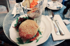 Heerlijke lunch bij L'Eclaire. Veggie burger met zongedroogde tomaten, fetakaas, rucolasalade