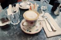 Schattig kopje cafe latte bij L'Eclaire