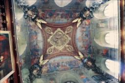 Een van de kunstwerken op het plafond